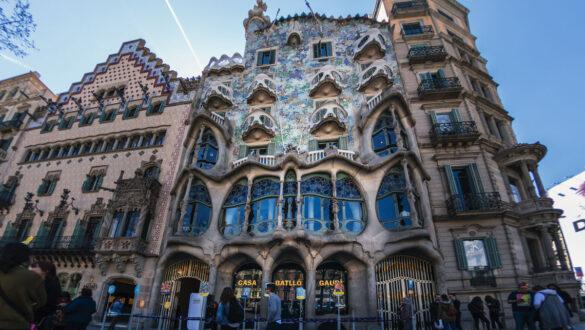 Fassade des von Gaudí konstruierten Gebäudes.