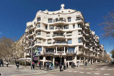 Fassade der Casa Milà in Barcelona.