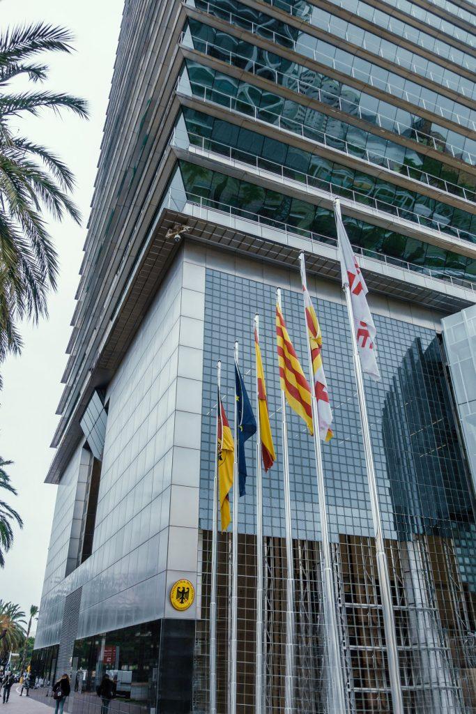 Fahnen vor dem deutschen Generalkonsulat in Barcelona