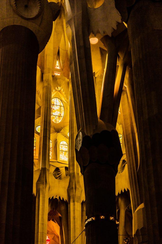 eine an einen Baum erinnernde, sich verästelnde Stützsäule der Kirchendecke