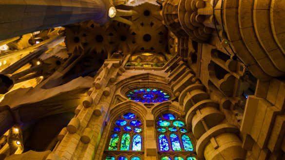 Bunte Fensterfront im inneren der Sagrada Familia