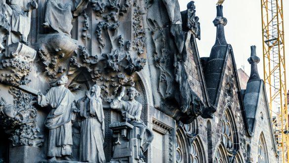 Steinfiguren in der Fassade der Sagrada Familia.
