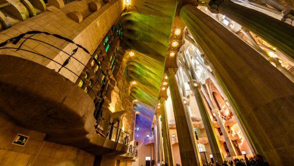 Farbenspiel im inneren der Sagrada Familia durch einfallendes Licht durch die bunten Fenster