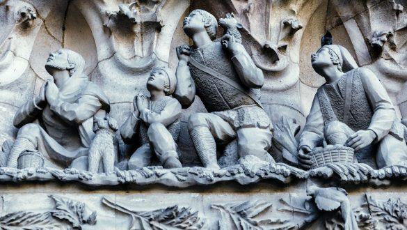 In den Stein gehauene, betende Hirten in der Fassade der Kirche.