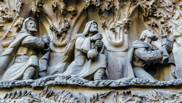Die heiligen drei Könige bieten Baby Jesus ihre Geschenke an.