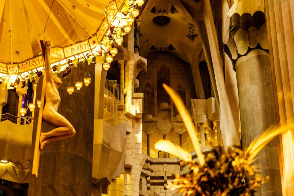 Jesu Christi am Kreuz unter einem Schirm von der Decke hängend