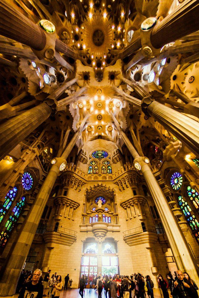 das gewölbte Kirchenschiff der Sagrada Familia