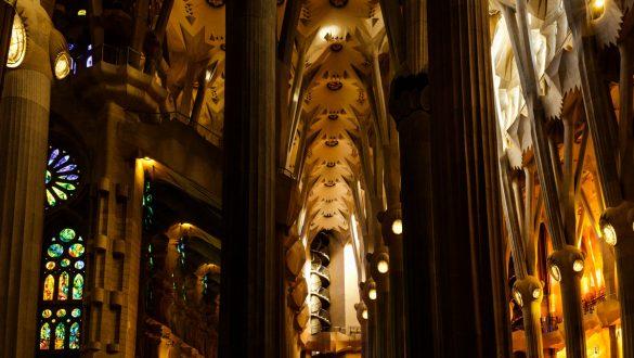 Säulengang im Inneren der Kirche.