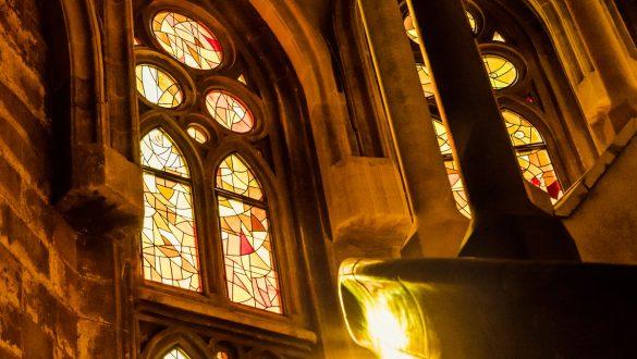 Treppenaufgang, durch bunte Fenster fallendes Sonnenlicht