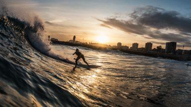 Wellenreiter bei Sonnenuntergang vor Barcelona.
