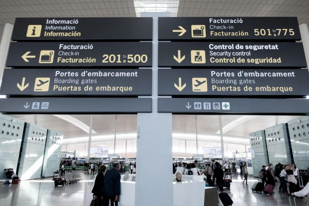 Wegweiser im Flughafen Barcelona