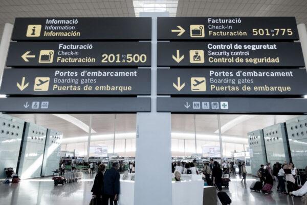 Wegweiser im Flughafen von Barcelona.