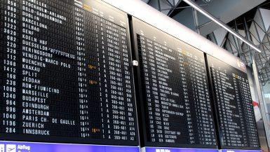 Eine Informationstafel am Flughafen.