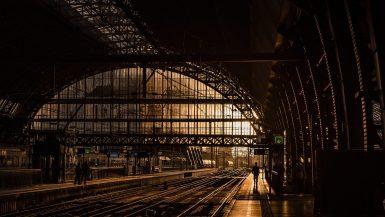 Zugstation mit weiten, schmiedeeisernen Bögen.