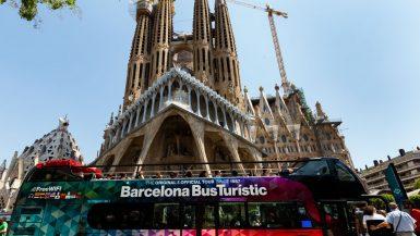 Der Doppeldeckerbus vor der Sagrada Familia.