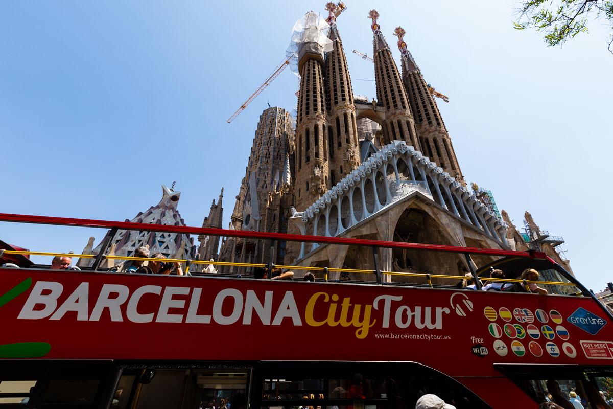 Der rote Doppeldeckerbus vor der Sagrada Familia.