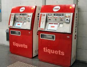 Zwei rote Ticketautomaten in der Metrostation.
