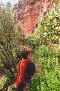 Mann zeigt mit Finger den Weg zu den kleinen Höhlen