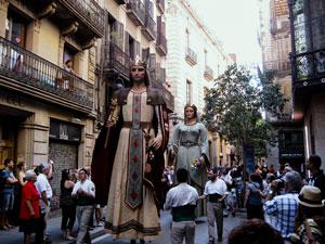Riesiges Königspaar aus Pappmaché zieht durch die Strassen von Barcelona.