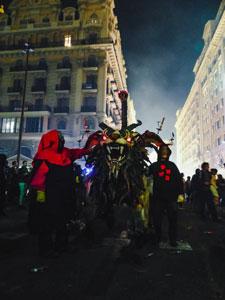 Ein Drache aus Pappmaché zieht durch die Strassen von Barcelona.