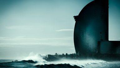 Das segelförmige W Hotel am Strand von Barcelona, mit Wellen im Vordergrund.