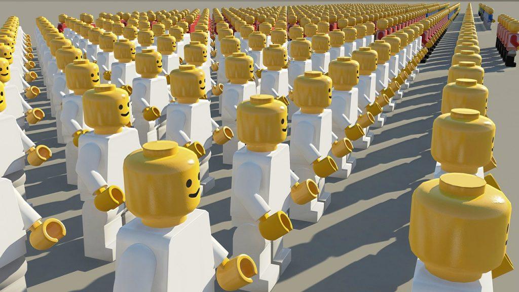 Reihen von Legomännern mit weissen Körpern.