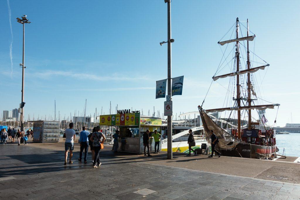 Das geankerte Piratenschiff am Hafen von Barcelona, neben dem Fahrkartenhäuschen.