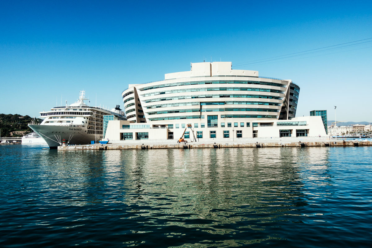 Das World Trade Center im Hafen von Barcelona, Perspektive vom Meer.