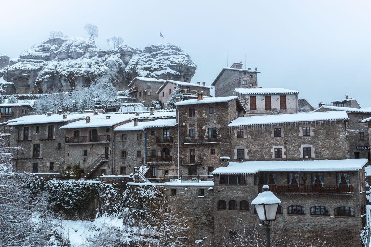 Mittelalterliches, schneebedecktes Dorf in Spanien.