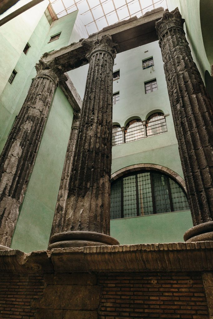 Die vier erhaltenen Säulen des Augustus-Tempel in einem Innenhof in Barcelona.
