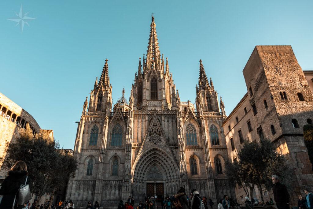 Die Kathedrale von Barcelona, gebadet im Licht der untergehenden Sonne.