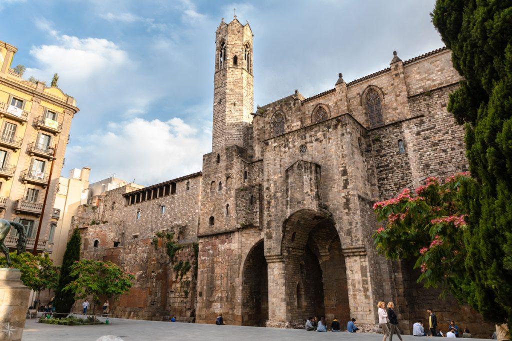 Historische Stadtmauer und Basilika.