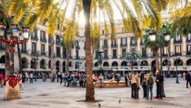 Königlich anmutender, palmenbesetzter Platz im Zentrum von Barcelona.