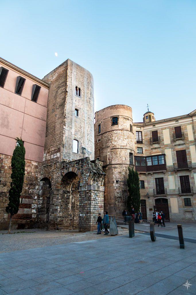Antiker römischer Turm und Nachbildung eines Aquädukts.
