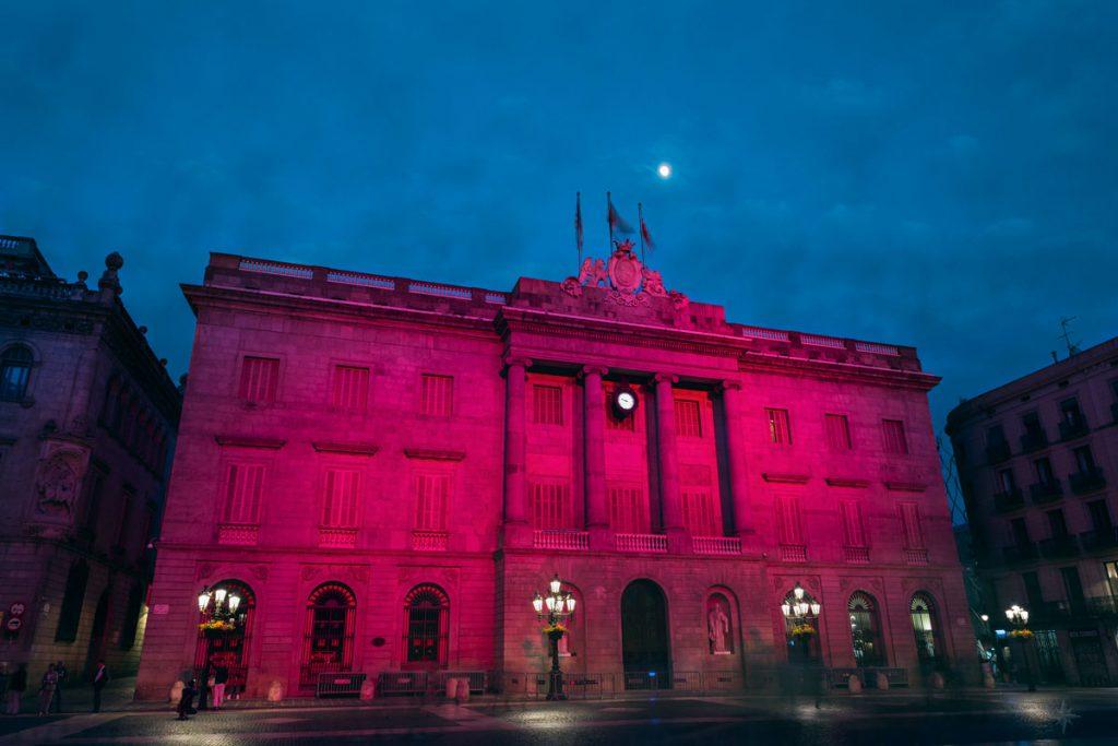 Das beleuchtete Rathaus von Barcelona am Abend.
