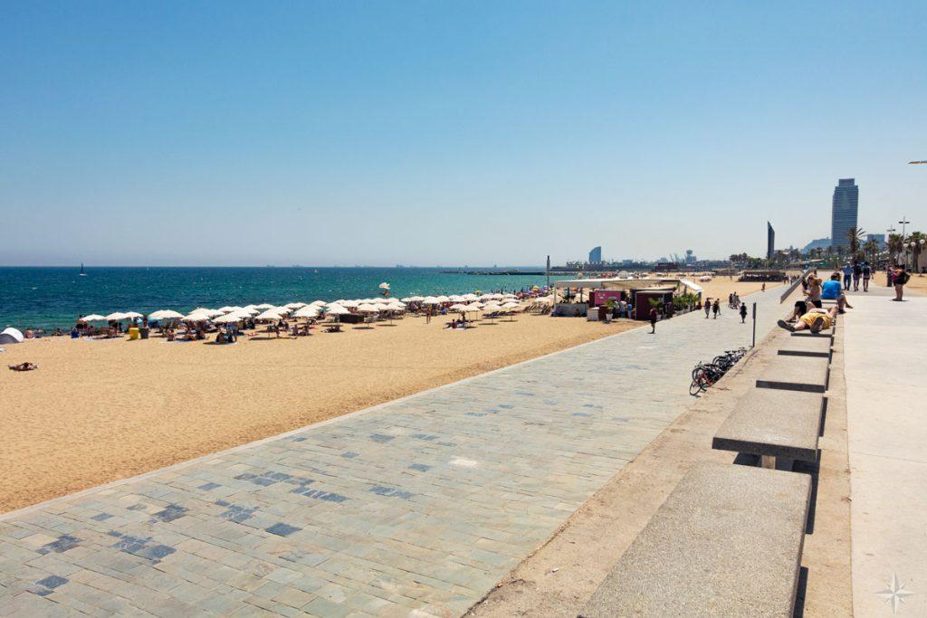 Blick auf den Strand, das Meer und die Strandpromenade von Barcelona.