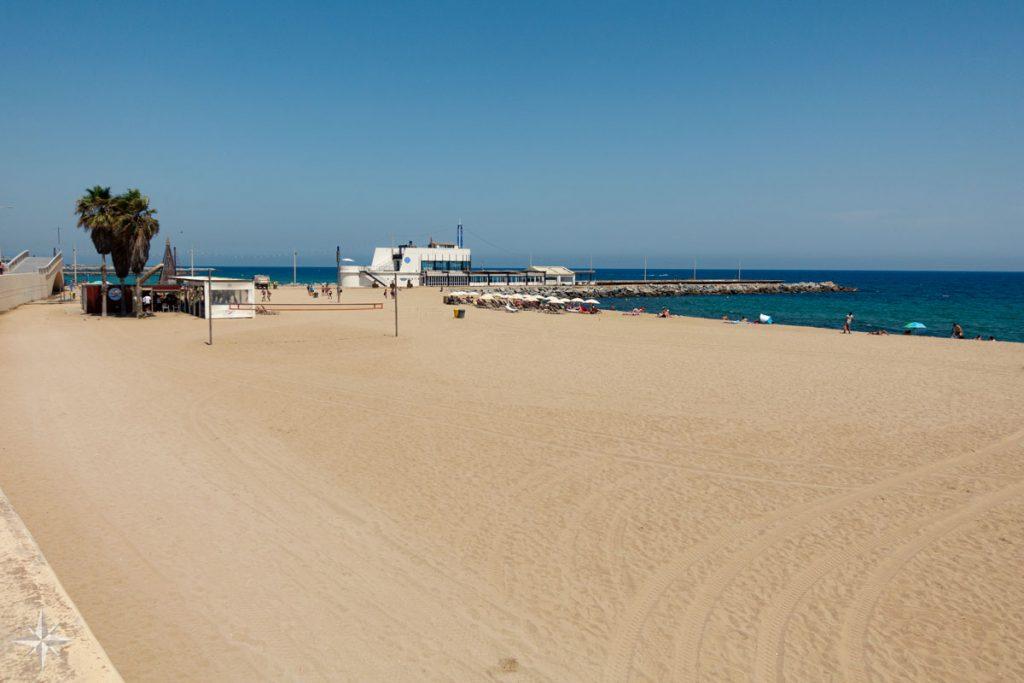 Der etwas leerere Strand mit dem Nautischen Club im Hintergrund.
