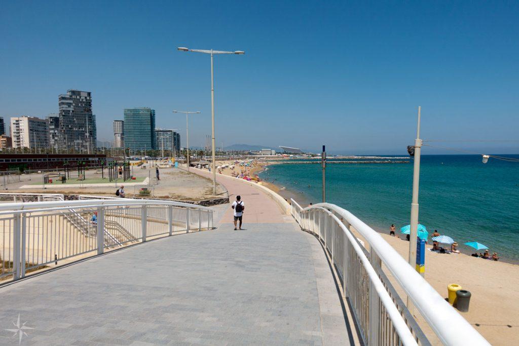 Eine Brücke führt zu den dahintergelegenen Stadtstränden.