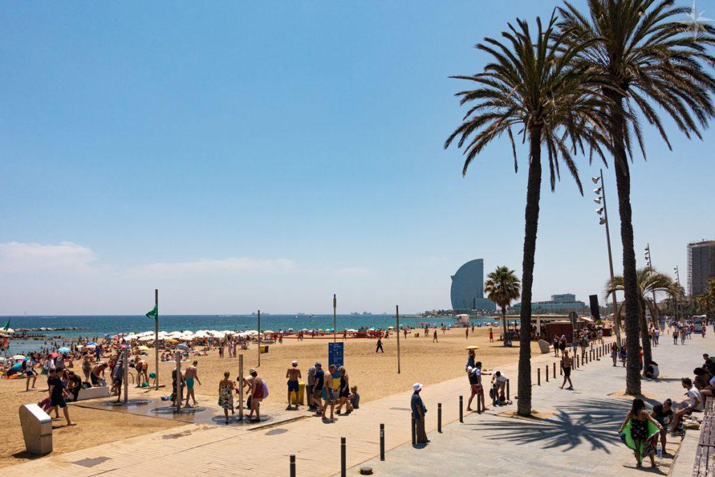 Die Promenade und der Strand von Barcelona.