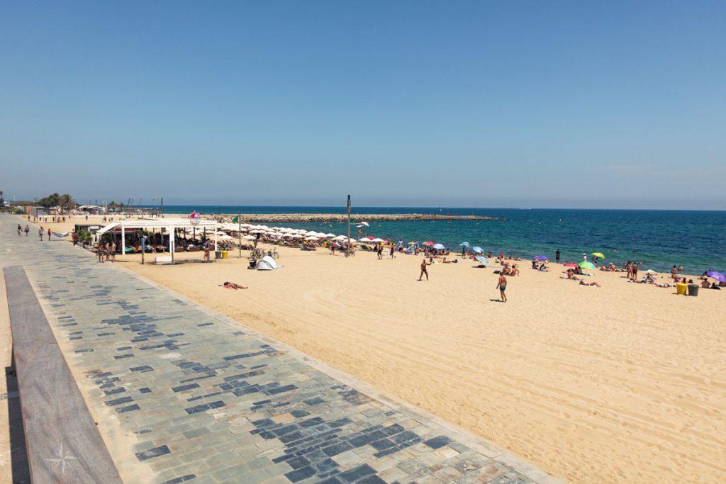 Einer der Strände von Barcelona im Sommer.