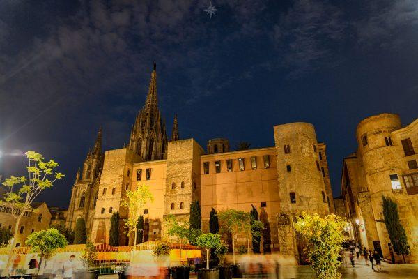 Die Kathedrale und das Tor zum gotischen Viertel von Barcelona bei Nacht.