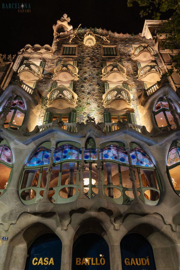 Die Fassade der beleuchteten Casa Battló bei Nacht.