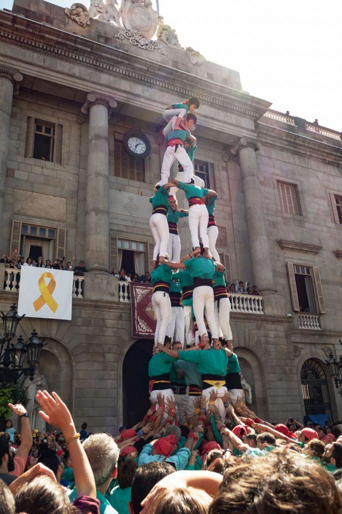 Die Castelleres bauen einen ihrer Menschentürme vor dem Rathaus in Barcelona.