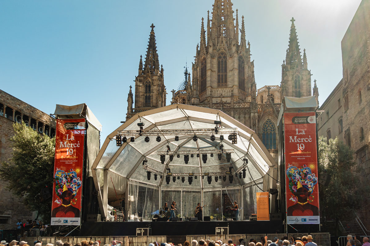 Eine Bühne vor der Kathedrale zum Stadtfest von Barcelona.