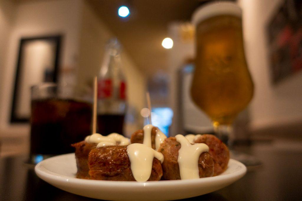 Würstchen-Tapa gratis mit Bier und Cola.