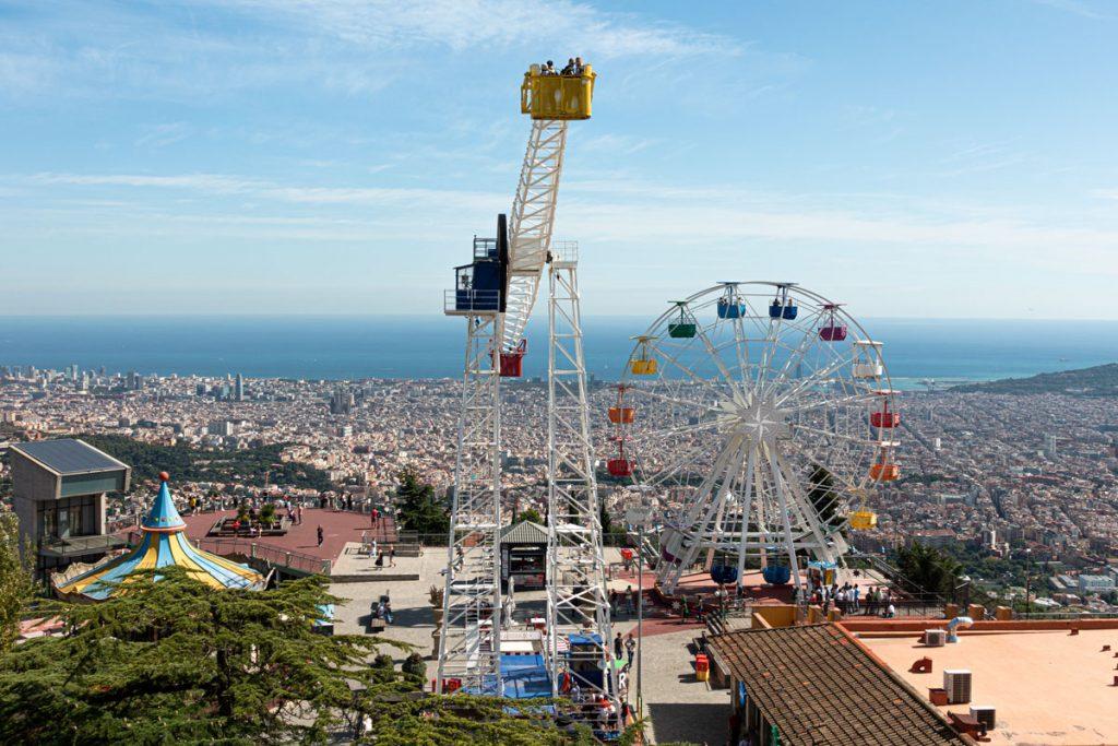 Aussicht über Barcelona vom Tibidabo mit dem Riesenrad des Vergnügungsparks im Vordergrund.