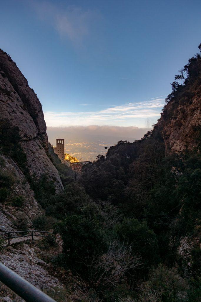 Die Treppen, die vom Kloster des Montserrat zum Sant Jeroni führen.