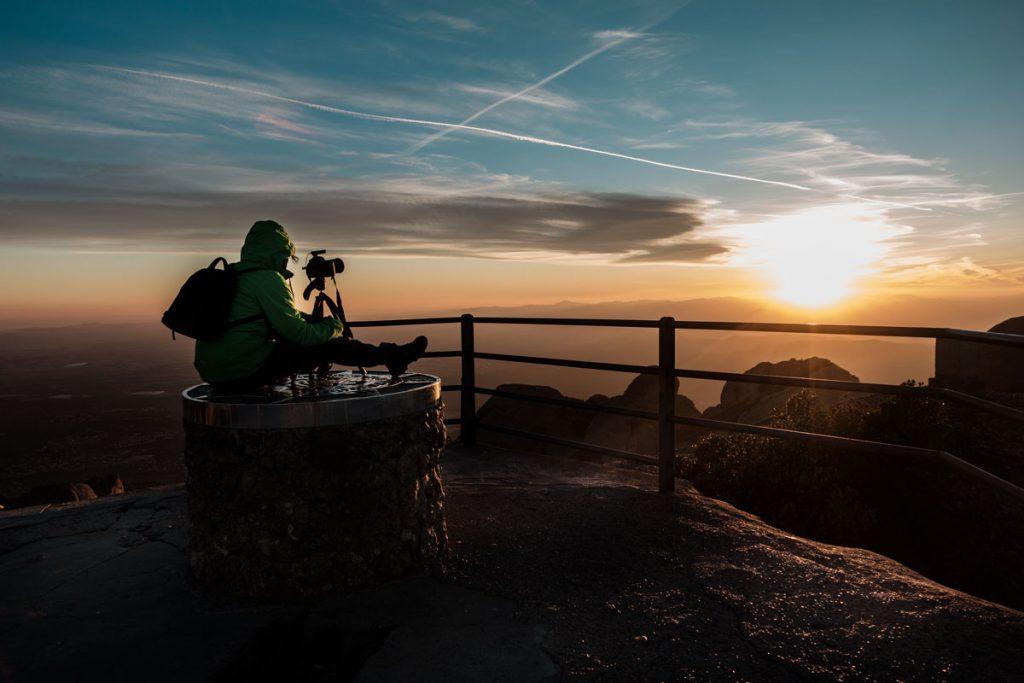 Fotograf auf dem Gipfel des Sant Jeroni bei Sonnenuntergang.