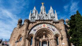 Die Krypta mit der Kirche und der vergoldeten Christusstatue.