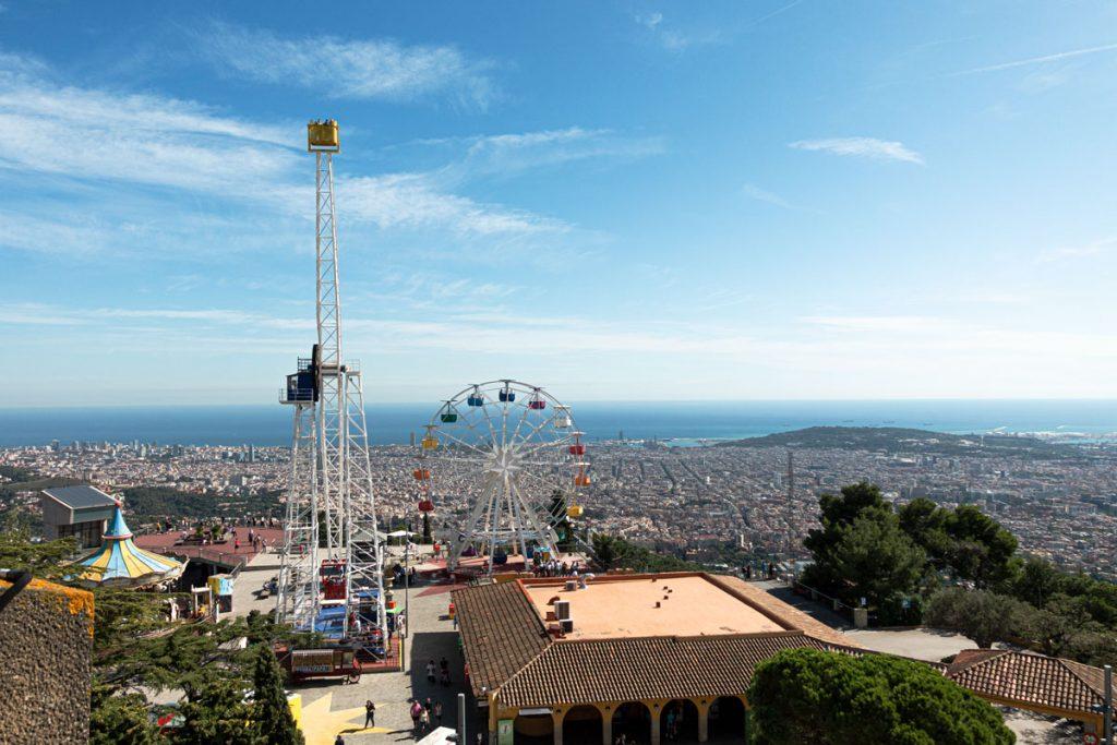 Panoramablick über Barcelona mit dem Vergnügungspark des Tibidabo im Vordergrund.